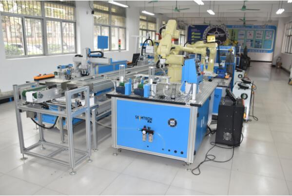 技术先进的无人机、智能机器人的专业实训室